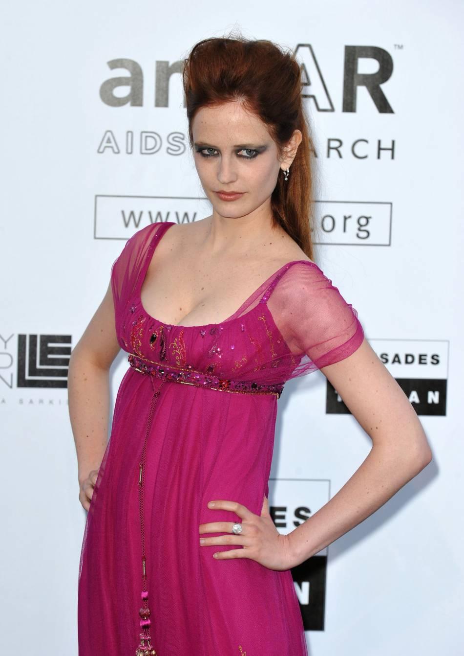 Nouvelle rechute pour Eva Green à Cannes en 2009. Elle mise tout sur une robe taille empire qui manque de chic. La couleur ne rend pas justice à son teint ni à la couleur de ses cheveux. Le smoky eye est calamiteux.