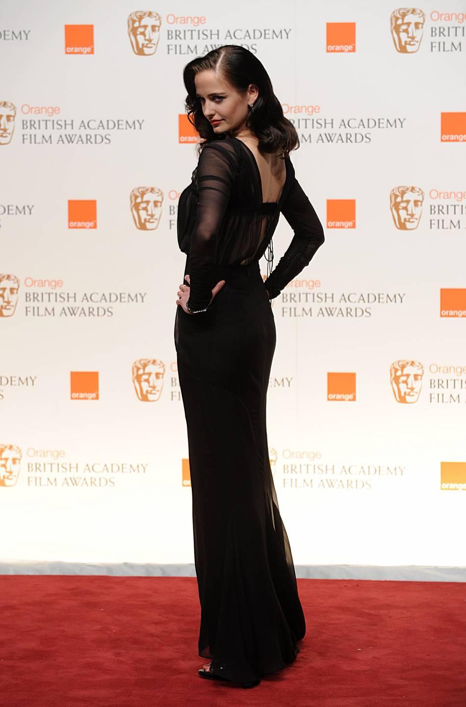 Amélioration sensible pour Eva Green qui joue encore une fois les beautés rétro aux British Academy Film Awards 2011. Elle est renversante et la pose est parfaite. Quelle allure !