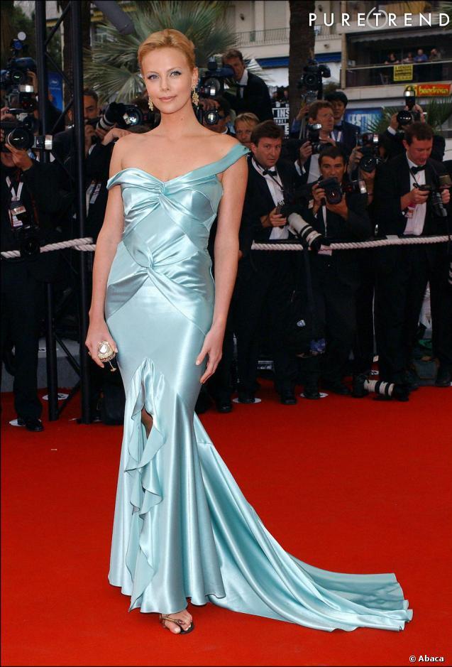 Lors de sa dernière apparition à Cannes en 2004, Charlize Theron opte une nouvelle fois pour une robe épousant ses courbes.