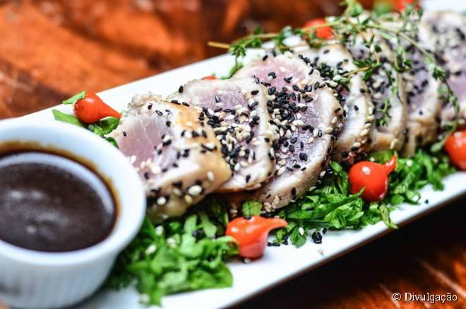 O atum selado com crosta de gergelim é um dos destaques do cardápio do Books & Beers