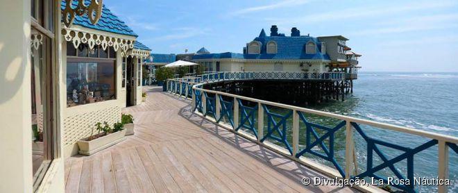 A localização do restaurante La Rosa Náutica é uma atração à parte, pois o casarão de madeira está situado em um pier no meio da praia de Miraflores