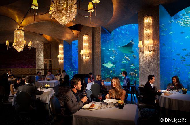 Apesar de ter uma paleta de cores repleta de dourado e aquários em vez de paredes, os pratos do Ossiano não são nada clichês
