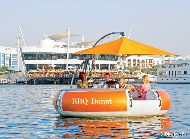 No BBQ Donut, as pessoas têm a chance de fazer um churrasco no meio do mar árabe