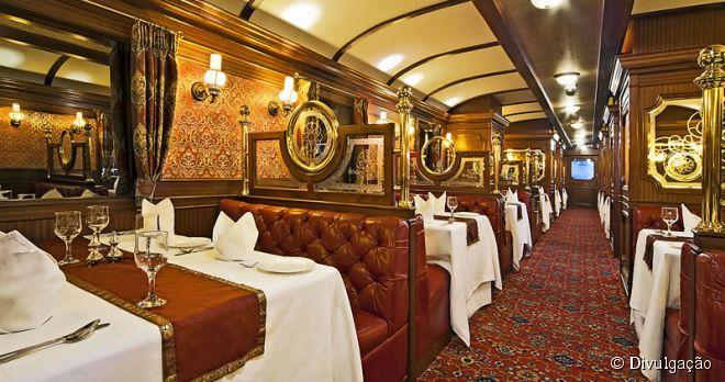 Criado para relembrar a época das grandes viagens ferroviárias indianas, o Royal Express fica estacionado permanentemente no Dubai Hotel