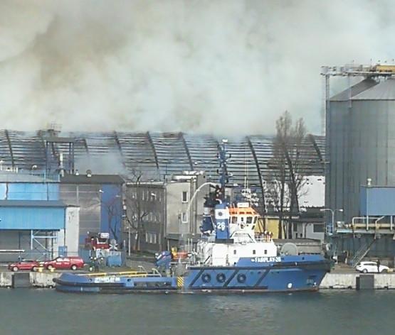 Ogień w porcie w Gdyni. Holownik Fair Play gasi pożar