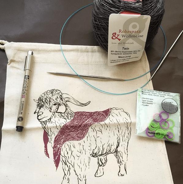 la borsa portaprogetto è stata disegnata da Struan Teague, fratello di Ysolda - comprata qualche anno fa, questa pecorella indossa il suo Damson