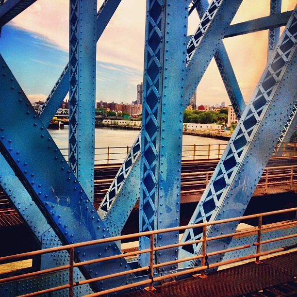 Stuck on the bridge into Manhattan. (Taken with Instagram at Metro North - Harlem 125th Station)