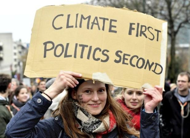 cb4b68_belgium-climate-55123-demonstrator-detém-placard-reads-clima-política-640x465.jpg