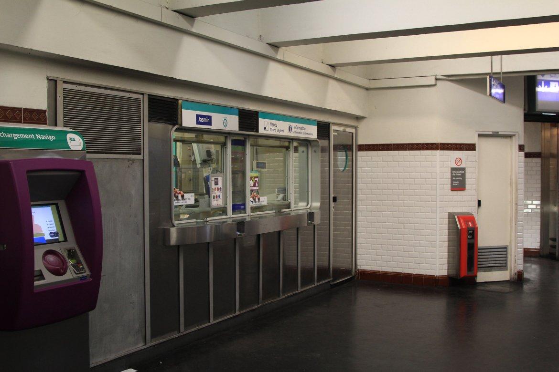 Jasmin_(métro_Paris)_guichet_par_Cramos.JPG