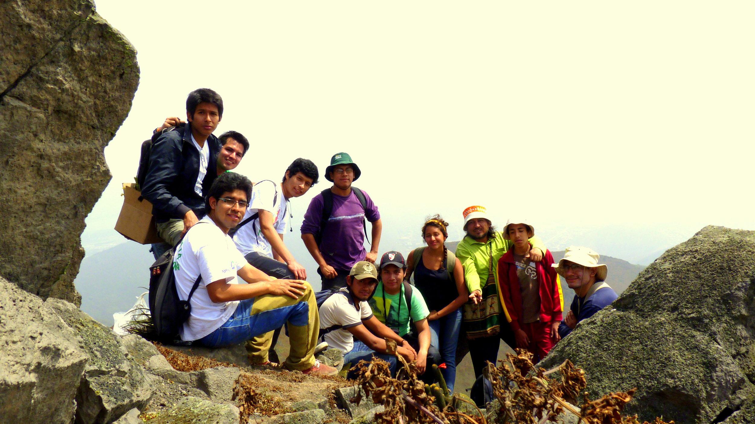 Primeros integrantes y fundadores de Proyecto Lomas en las lomas de Mangomarca, San Juan de Lurigancho, Lima-Perú (2011)