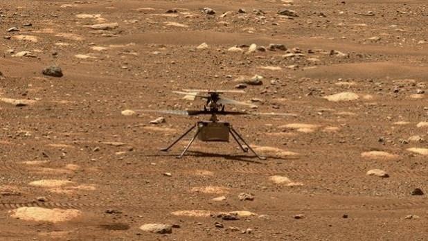 Ingenuity sobre Marte en una instantánea tomada por el Perseverance el 7 de abril