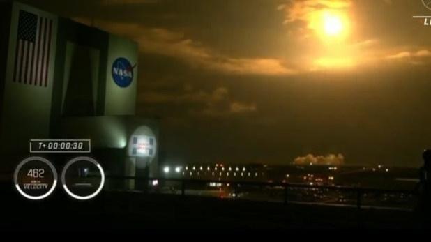 Momento del despegue de la misión Crew-2. La bola amarilla es provocada por el rozamiento de la atmósfera al elevarse el cohete y la cápsula Crew Dragon