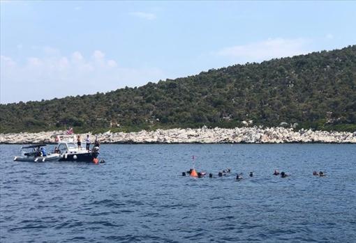 Primera visita de las autoridades acomañadas por miembros del departamento de Antiguedades Marinas