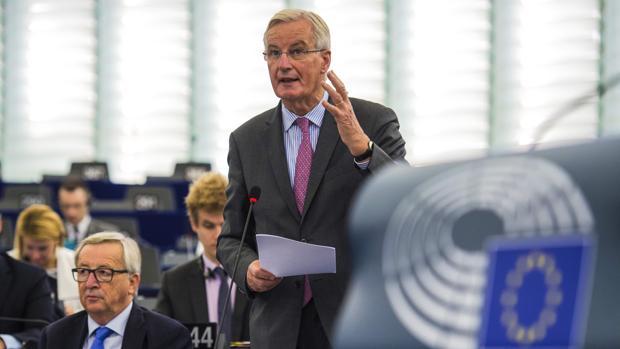 El negociador europeo, Michel Barnier, junto al presidente de la Comisión, Jean-Claude Juncker, este martes en el Parlamento Europeo