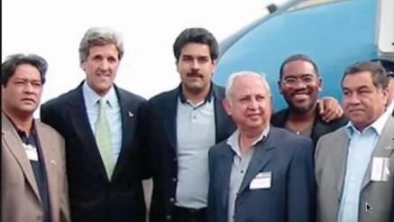 Nicolás Maduro, en el centro, en una visita a Massachusetts en 2002 flanqueado por John Kerry y Gregory Meeks, al que pasa un brazo sobre los hombros