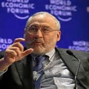 Il Premio Nobel per l'economia Stiglitz durante una conferenza al World Ecomonic Forum