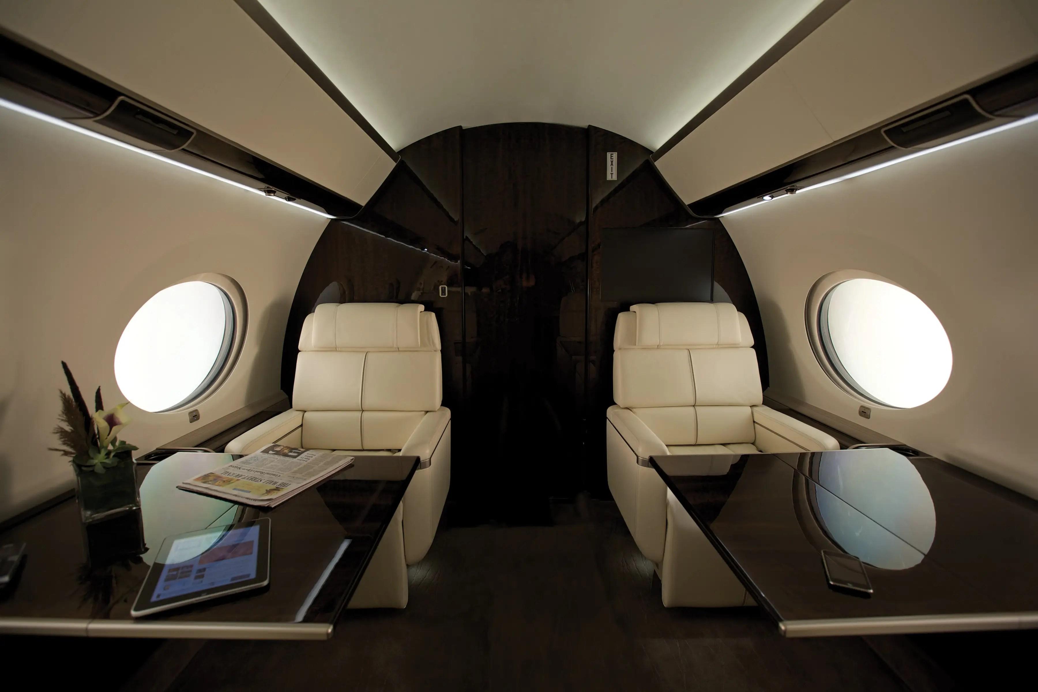 Tiene capacidad para ocho pasajeros y una tripulación de cuatro personas.