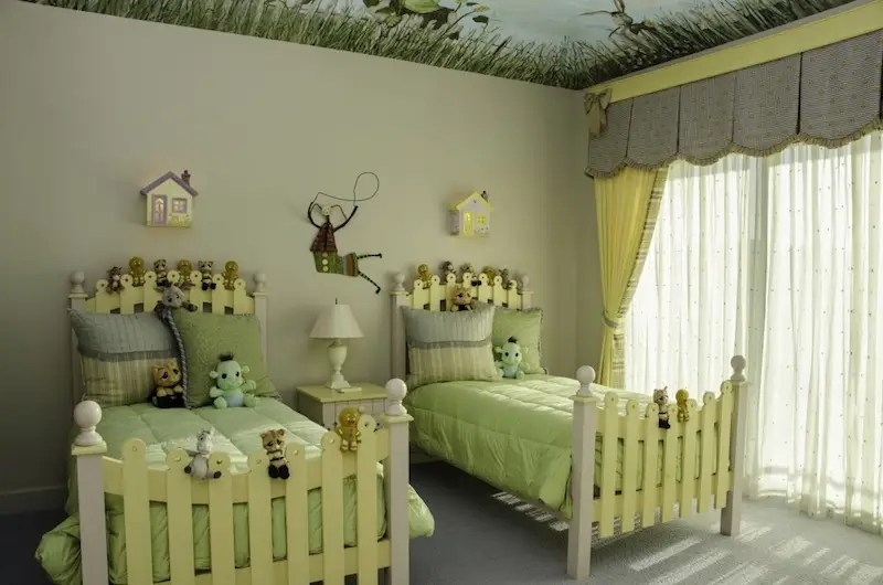 One of the kid's bedrooms is Shrek-themed, in a nod to Murphy's role as 'Donkey' in the films.
