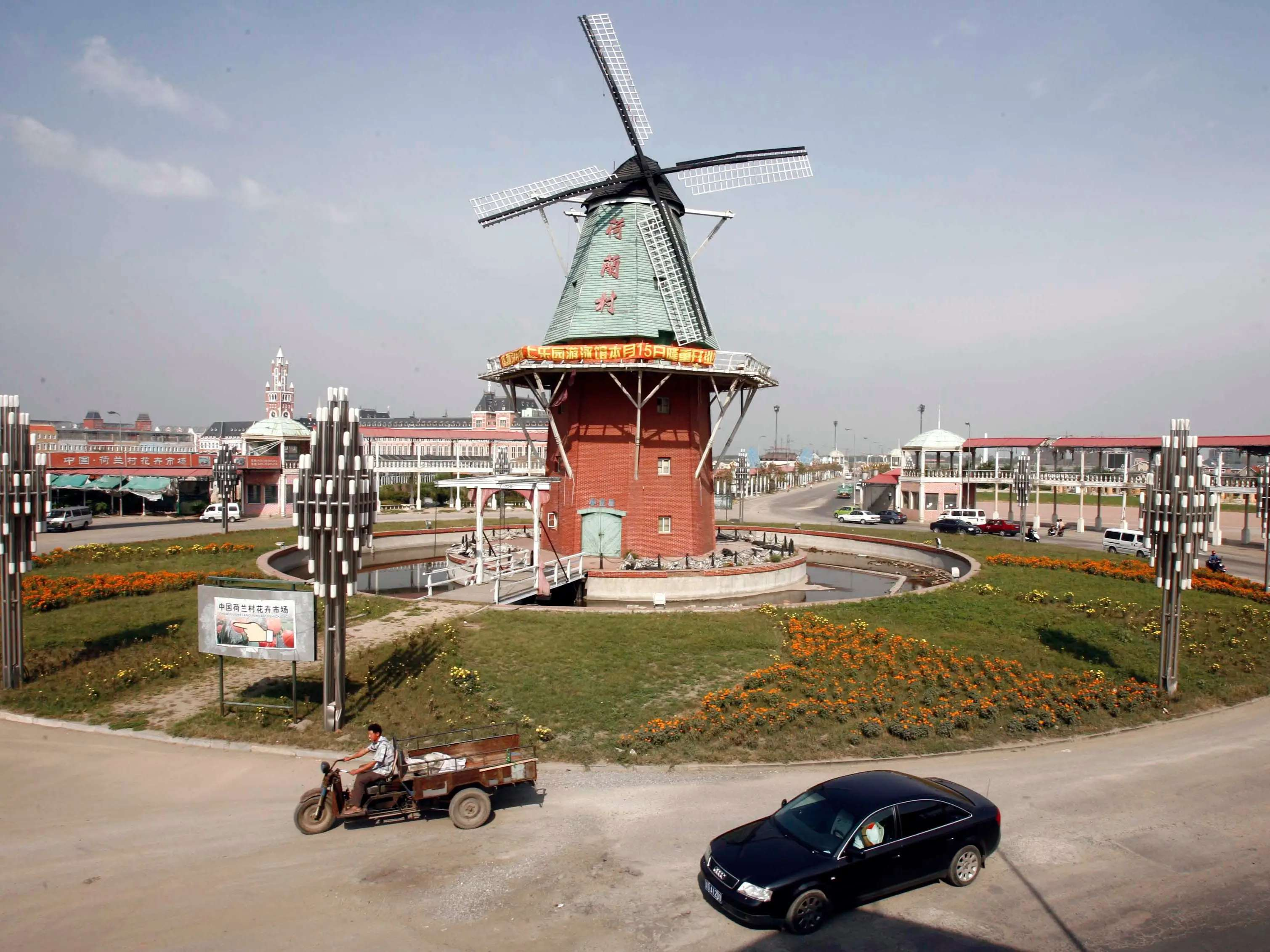 Also known as Pudong's Nederland, Holland Town is a pastichevillage made of Dutch stereotypespulled from Amsterdam and the Kattenbroek neighborhood of Amersfoort, complete with canals and windmills. Some buildings are exact copies of those found in the Netherlands, like the Netherlands Maritime Museum and the Bijenkorf department store in Amsterdam.