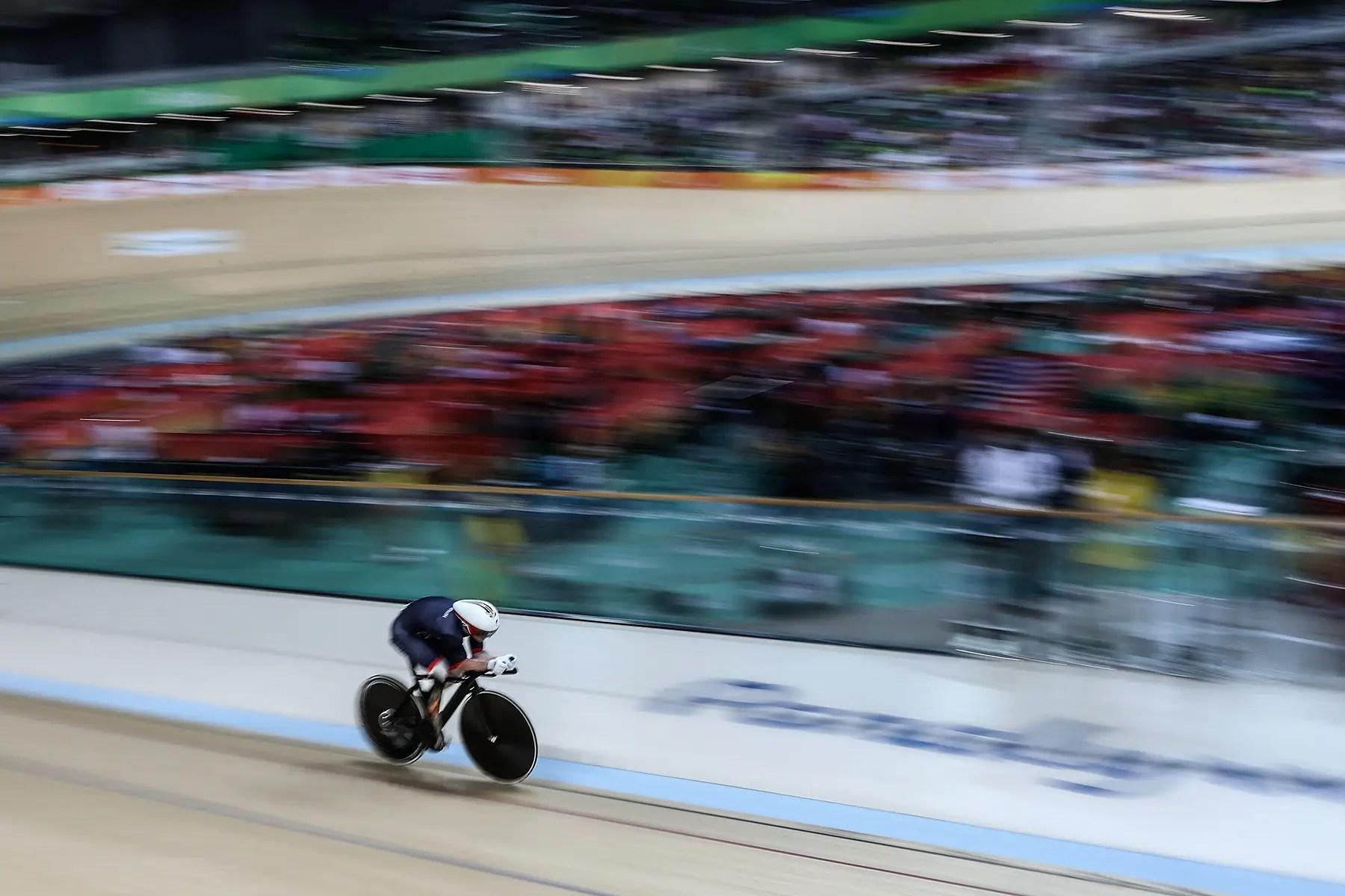 Jody Cundy del equipo de Gran Bretaña compite en una contrarreloj en el velódromo.