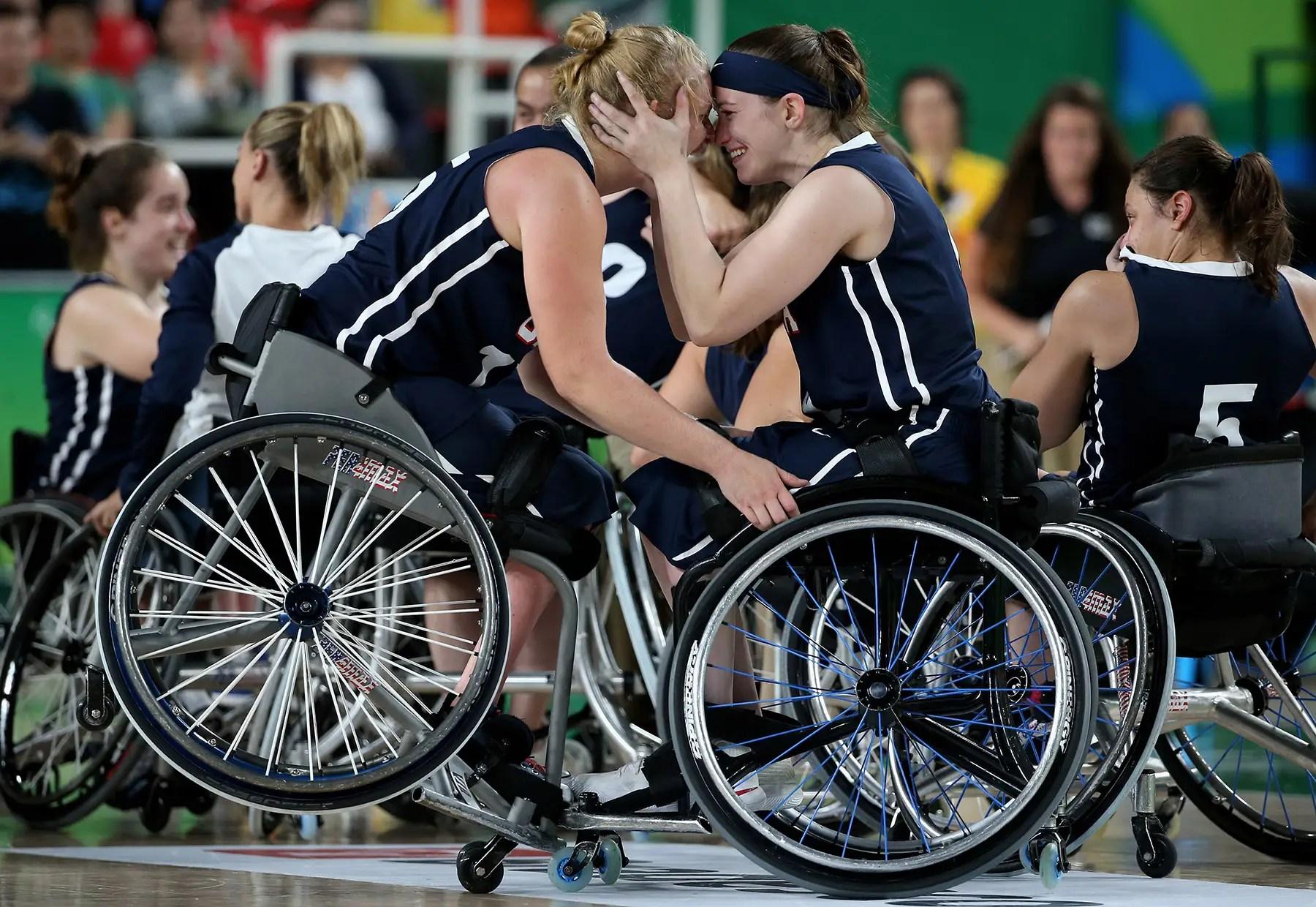 Los miembros del equipo de EE.UU. celebran ganar el oro en el baloncesto en silla de ruedas.