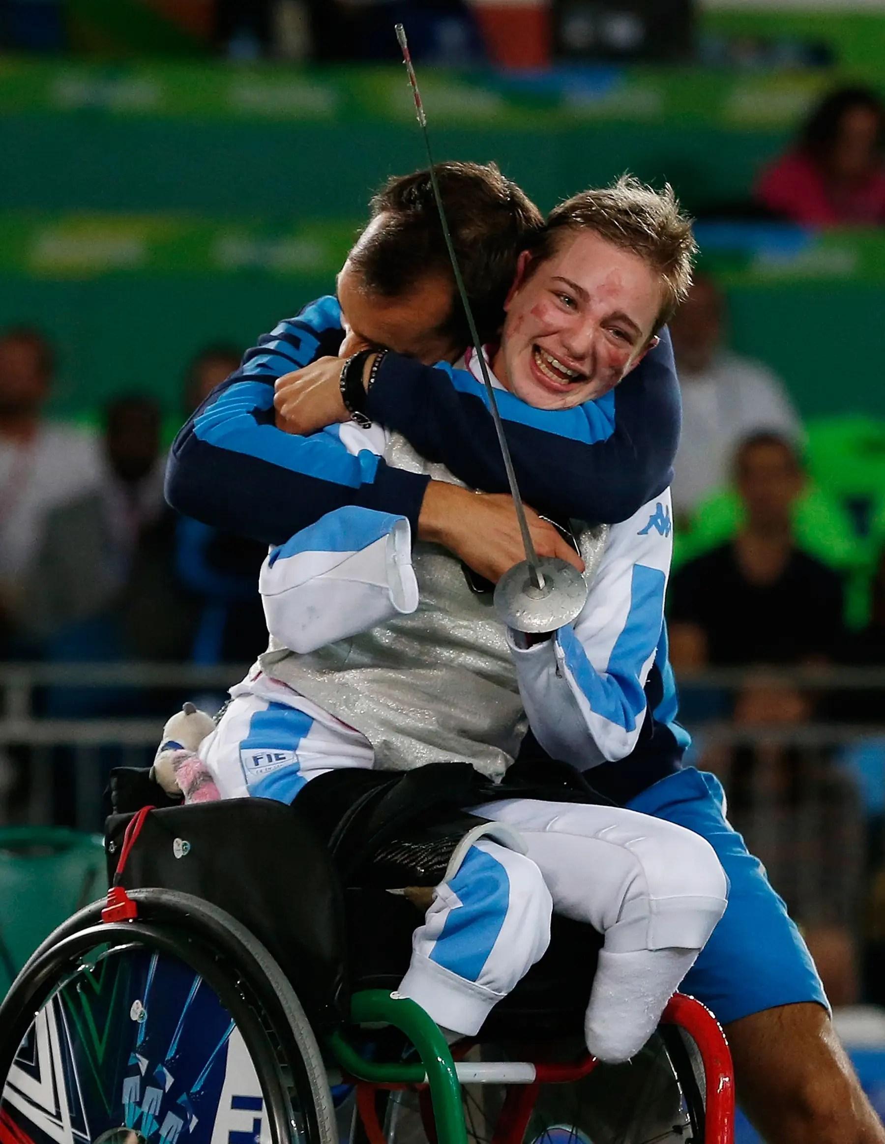 la italiana Beatrice Vio celebra ganando la medalla de bronce en esgrima en silla de ruedas.