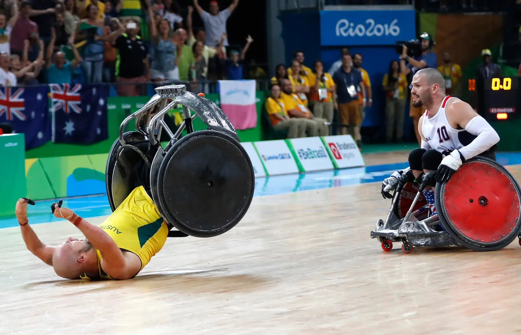 Ryley Batt Australia celebra ganando una medalla de oro en el rugby.