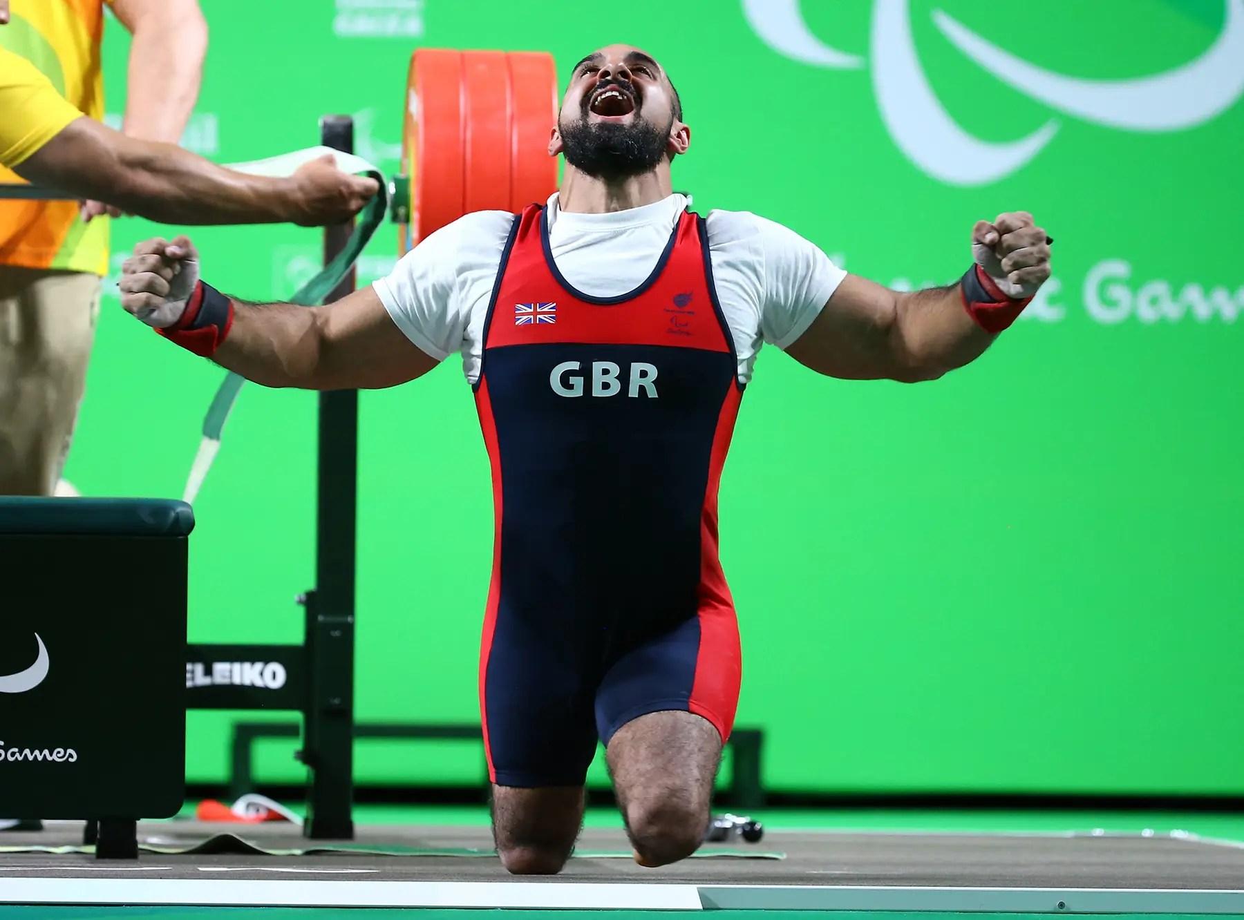 Ali Jawad de Gran Bretaña después de un levantamiento exitoso en el levantamiento de pesas.