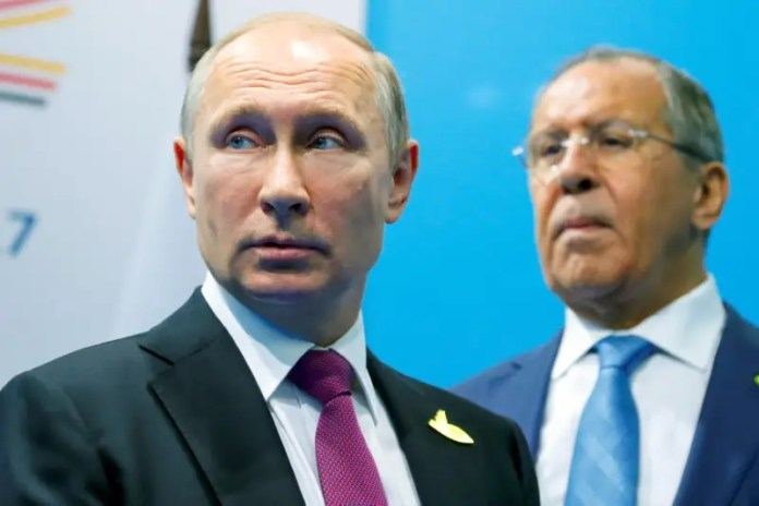 Russian President Vladimir Putin (L) and Foreign Minister Sergey Lavrov stand while waiting for Turkish President Tayyip Erdogan prior to their talks at the G-20 summit in Hamburg, Germany July 8, 2017.  REUTERS/Alexander Zemlianichenko/Pool