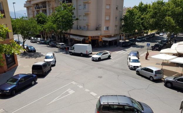 Vehículos estacionados en las esquinas próximas a restaurantes de la zona./