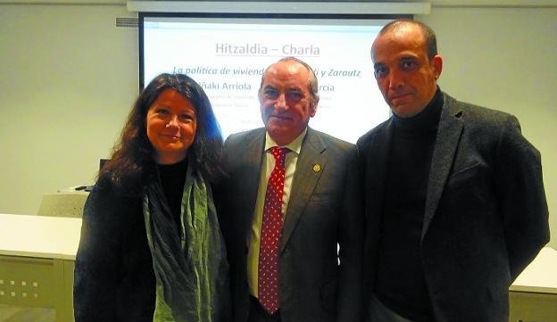 Gloria Vázquez, Iñaki Arriola y Pablo García Astrain el viernes en Zazpi kulturgunea. / ETXEBERRIA
