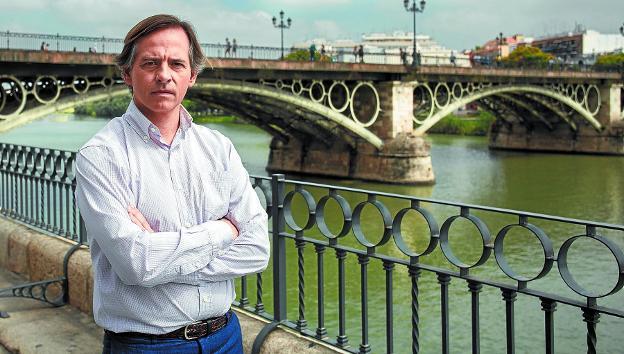 José Carlos Cabrera junto al puente de Triana en Sevilla./V. GÓMEZ