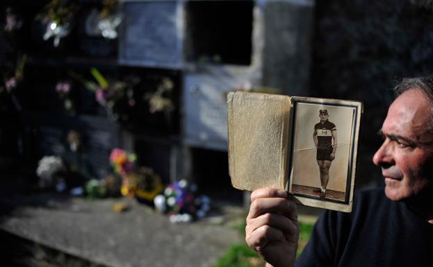 La memoria. José Antonio Larrinoa muestra una foto de su tío, ataviado de ciclista./Ignacio Pérez