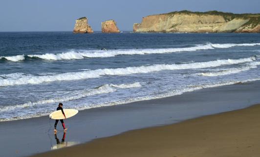 Les Deux Jumeaux regardent les sables fins de la plage d'Hendaya.