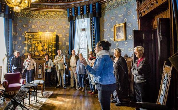 Plusieurs visiteurs assistent aux explications du guide dans l'une des salles de la maison d'Antoine d'Abbadie.