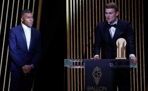 Matthijs de Ligt addresses the audience in the presence of Kylian Mbappé.
