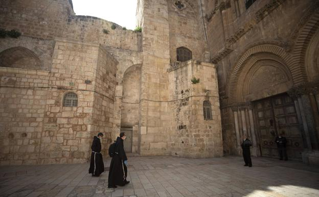 Only the monks and wearing a mask were on Wednesday at the Church of the Holy Sepulcher in Jerusalem. / EFE