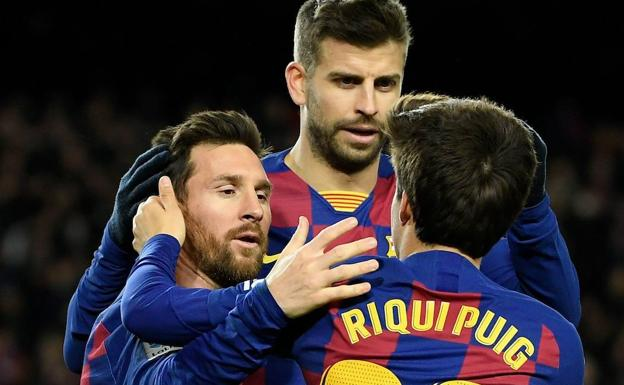 Messi, Piqué and Riqui Puig celebrate the victory against Granada.