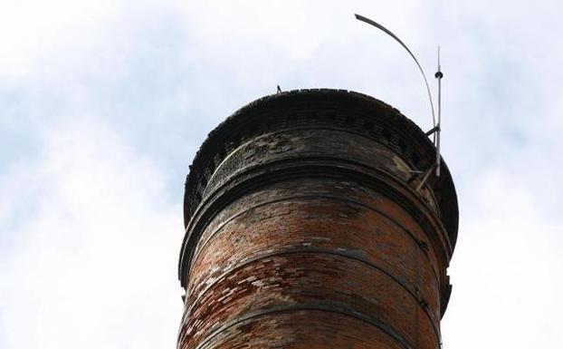 La abrazadera rota golpea contra el pararrayos los días de viento/Luis Palomeque