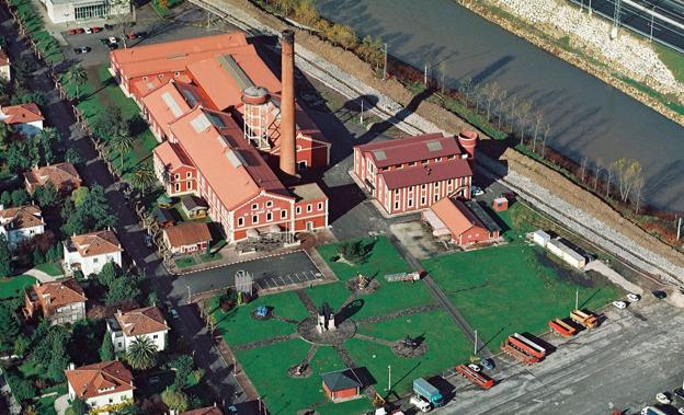 Vista aérea de las actuales instalaciones de La Lechera, con sus singulares torre y chimenea, aún en pie./Javier Rosendo