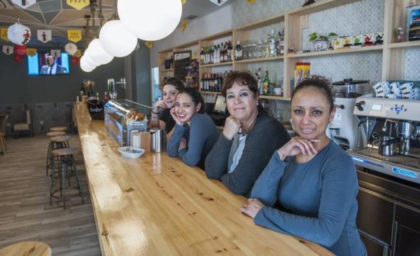 De izquierda a derecha, María Ordóñez, Samantha Heinsohn, Reyes Fernández y Carmen Rodríguez, en la cafetería Taten. /María Gil Lastra