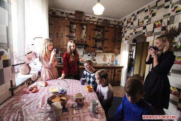 Світлана Зіляк разом із сім'єю на кухні