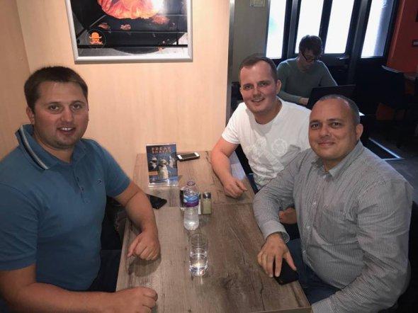 Антон Угляр (у центрі) із друзями Олександром та Діном у кафе Belgique