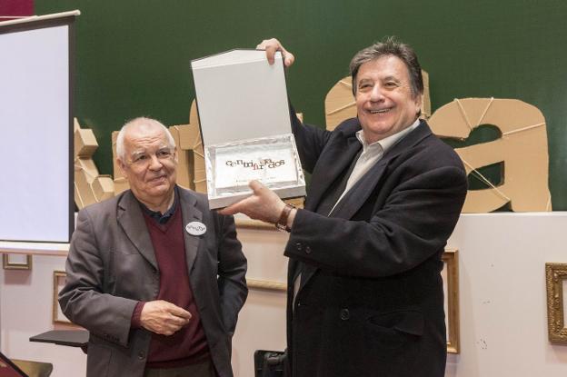 Luis Landero recibiendo el premio Centrifugados 2017 de manos de Gonzalo Hidalgo Bayal. :: andy solé/