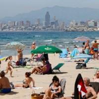 Imagen casi veraniega en las playas de Benidorm con el buen tiempo y el fin del estado de alarma