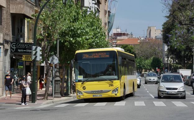 A bus heading to La Alberca circulates this Thursday through a street in Murcia.