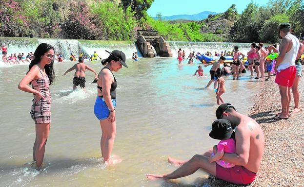 The Jarral beach, in Abarán, yesterday afternoon, full of bathers.