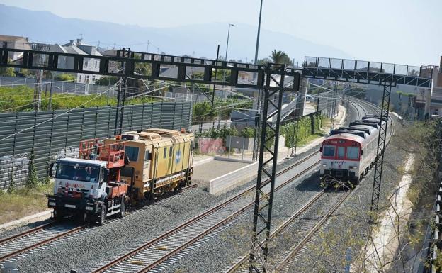 A commuter train on the Murcia-Alicante line passes through Beniel station.