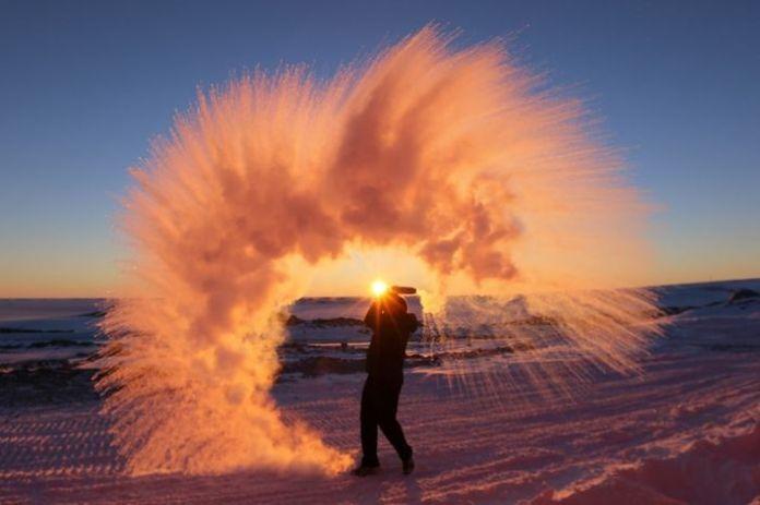 Đây là những gì sẽ xảy ra nếu bạn hấtnước nóng vào không khí ở Nam Cực.