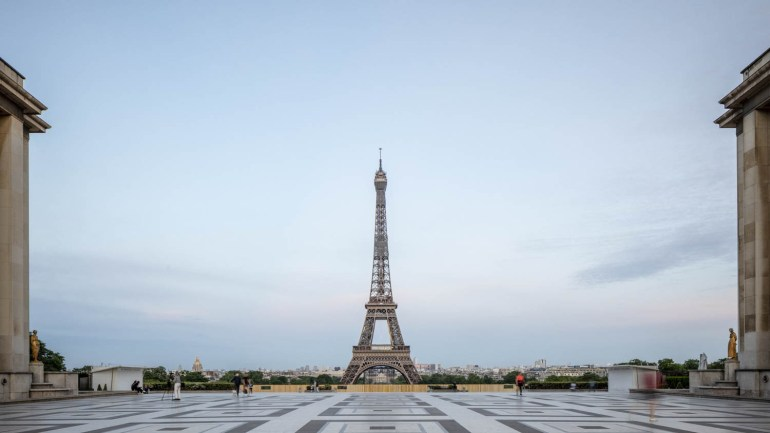 30,000 COVID-19 infections on the eve of the curfew in France (Photo: official twitter of the Eiffel Tower))